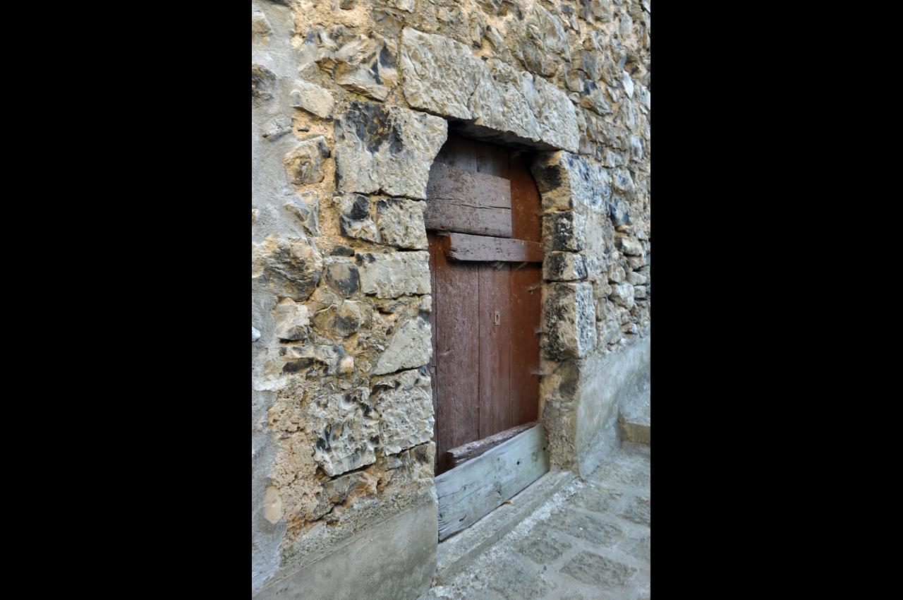 Une porte rue du CHÂTEAU
