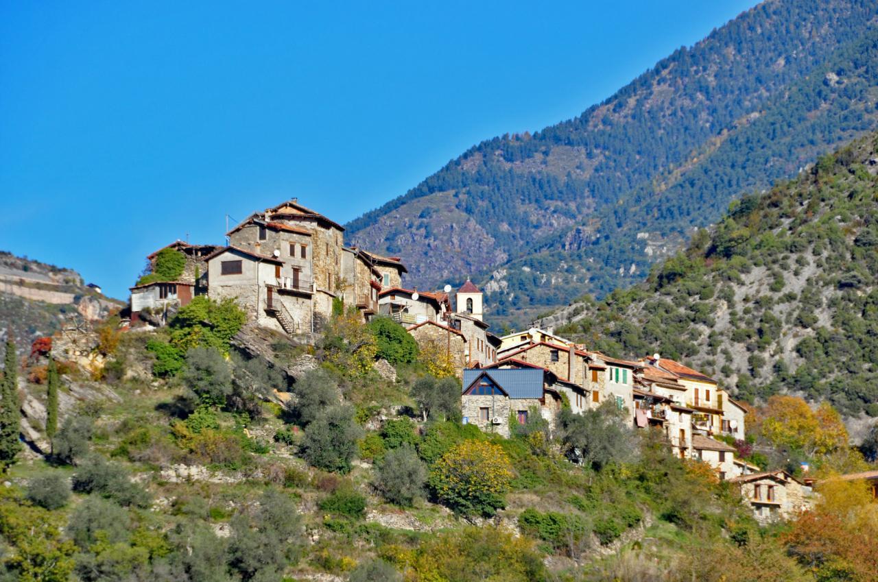 Le village vu du sentier de Clans